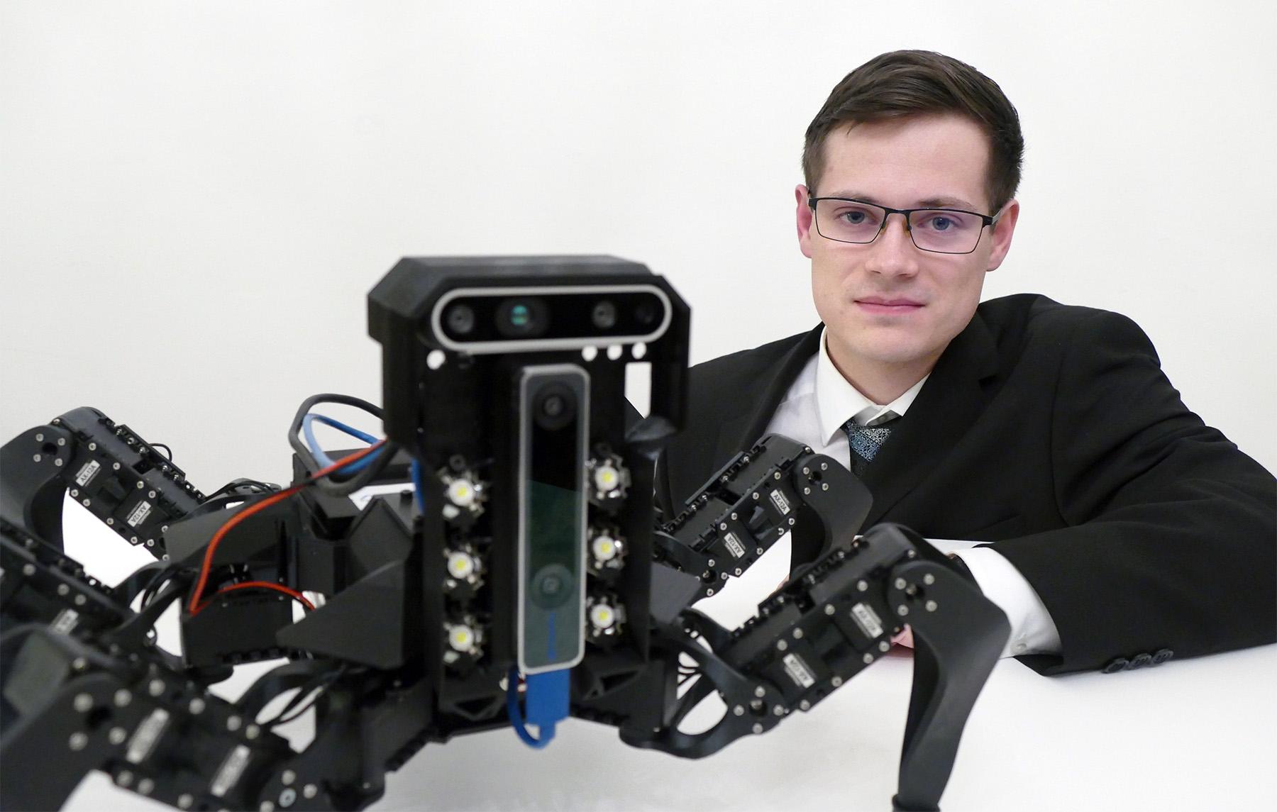 JAN BAYER vitez IT SPY s testovacim robotem SM