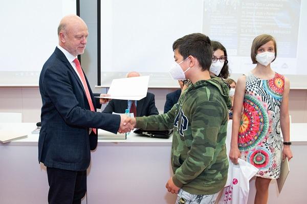 Rektor Univerzity Pardubice předal ceny mladým vědeckým talentům autor M. Reinberk