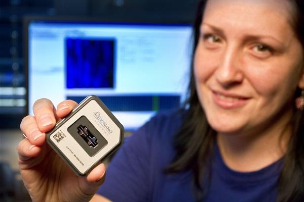 Výzkumná pracovnice ÚEB Helena Toegelová s čipem pro optické mapování 1